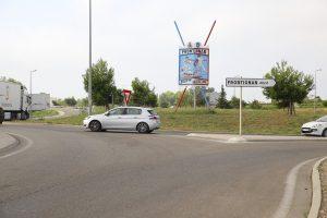 Pavois et lances à l'entrée de la ville | Rond-point du Barnier